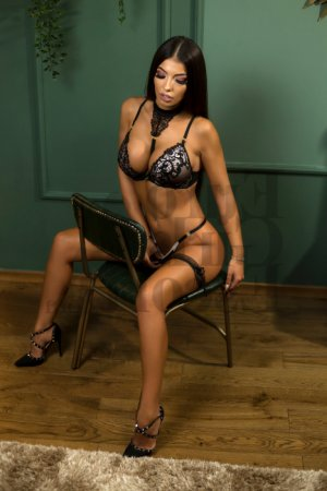 Nella incall escort in Milwaukee and sex party